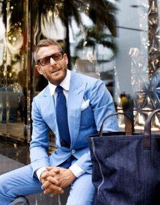サングラスをかけたスーツを着た外国人男性