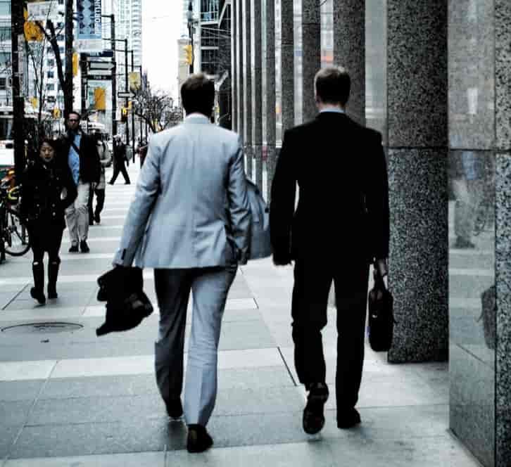 スーツを着て颯爽と歩く外国人男性二人