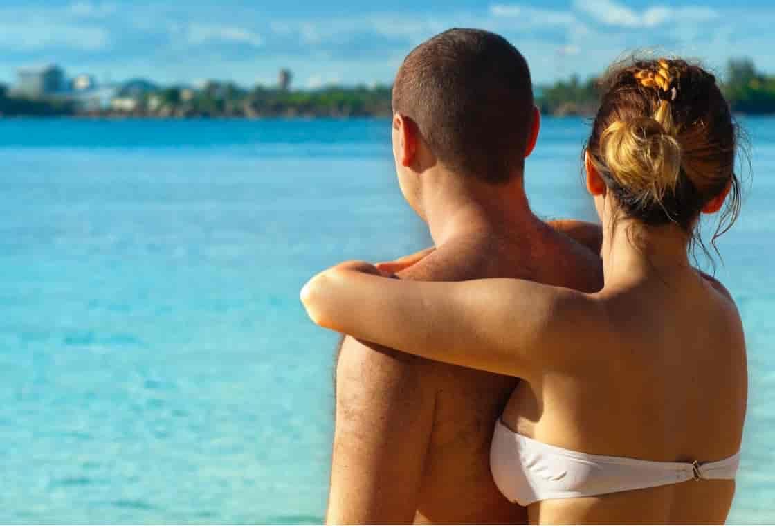 海で男に抱き合っている女