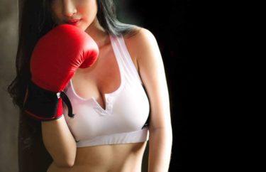 ボクシングをしている美女