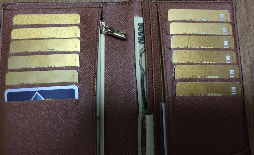 財布にびっしり詰められたゴールドカード