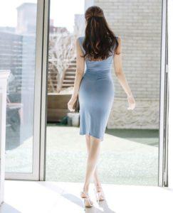 水色のワンピースを着た長身美女